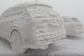 Jégszoborrá fagytak az autók Németországban