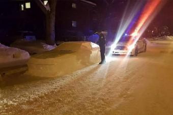 Hóból faragott autóval verte át a rendőröket, de semmi gond