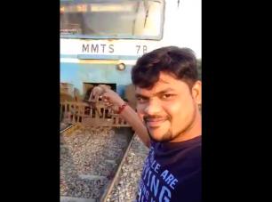 Vonattal akart szelfizni, élete legnagyobb hibáját követte el