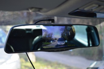 Ilyen egy visszapillantóba integrált autós kamera