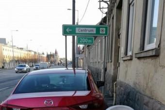 Egy magyar anyuka üzent a pofátlanul parkoló mazdásnak