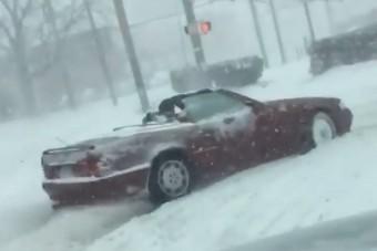 Nyitott tetővel vágott neki a hóviharnak az amerikai férfi
