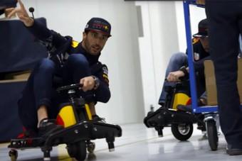 F1: Eszement versenyt vívtak a Red Bull pilótái - videó