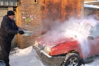 Ez történik, ha forró vizet öntesz a teljesen lefagyott szélvédőre