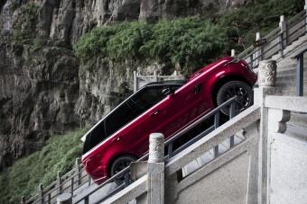 Így jutott fel Szent Péterhez a Range Rover Sport