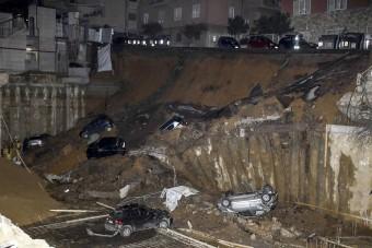 Földcsuszamlás nyelt el hat autót Rómában