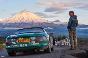 38 ezer kilométer kocsmától kocsmáig, angol sportkocsival. Bevállalnád?