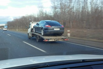 Úgy száguldott egy Porsche az M5-ösön, hogy a kereke nem érte a földet