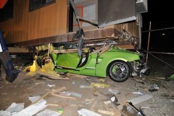 Részegen hajtott konténerház alá a Lamborghinivel