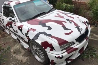 Könnyfakasztóan szörnyű lett ez a platós BMW