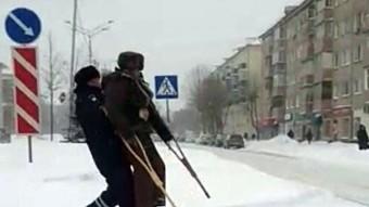Váratlanul járt el a rendőr egy hóban szenvedő rokkant nyugdíjassal szemben