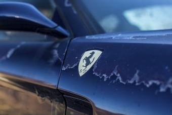 Szomorú látvány ez a Japánban pusztuló Ferrari
