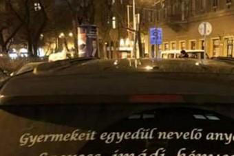 Elkeseredett, szeretetéhes magyar anyuka üzen autója ablakán a férfiaknak