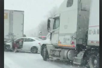 Nem tudott megállni a kamion a havas úton, a nő az utolsó pillanatban ugrott ki