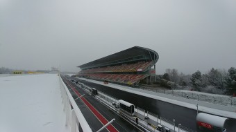 Esik a hó a Forma-1-es teszten