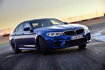 BMW M5 teljes gázzal!