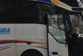 Nem vicc: 1,6 tonna hóval a tetején ment a busz az autópályán
