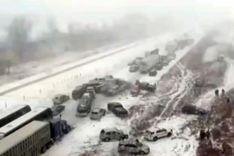 Irtózatosan sok autó csúszott egymásba a havazás miatt
