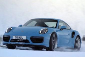 Mit keres ez a Porsche a sípályán?
