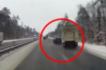 Hatalmas balesetet okozott egy türelmetlen autós az autópályán