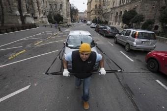 Tiltakozásképp húzta Budapestre mopedautóját ez a férfi