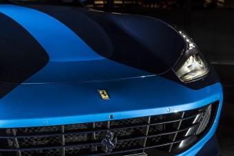 Itt a botrányhős új és nagyon kék Ferrarija
