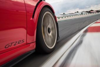 Miért nyikorog a fék? A Porsche videóban válaszol!