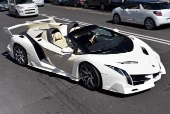 Na, melyik elnök jár ezzel a krémszínű Lamborghinivel?
