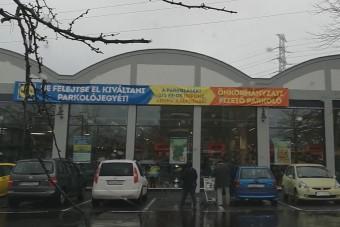 Tipikus magyar megoldás született a parkolásra egy pesti üzletnél