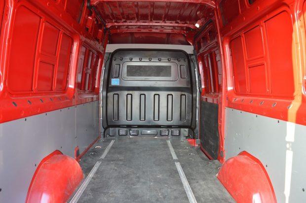 A H350 rakterének padlója számos rögzítési lehetőséget rejt, ami jól jön akkor, ha nem euro-raklapokkal történik a pakolás.