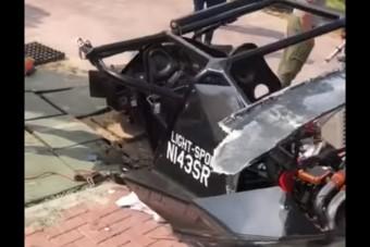 Háznak csapódott egy repülő autó