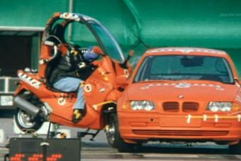 Furcsa látvány a BMW forradalmi robogójának töréstesztje