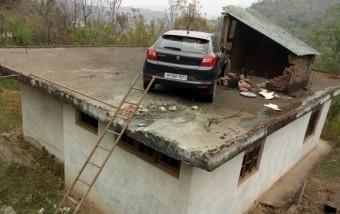 Ötletes módszerrel szabadítottak ki egy tetőre ugrató Suzukit