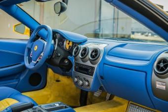 Feltűnően merész belsőt kapott ez a Ferrari F430 Spider