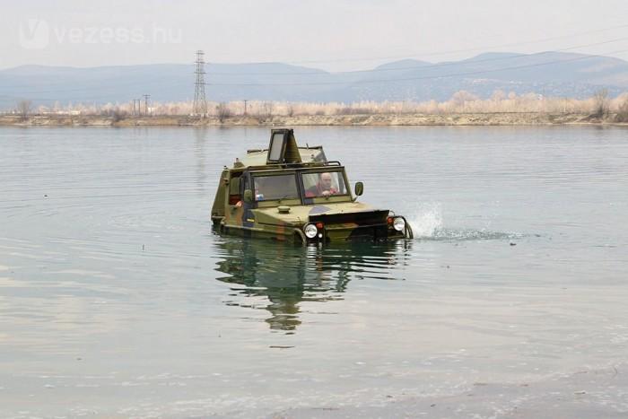 7 km/órás tempóval halad a vízen