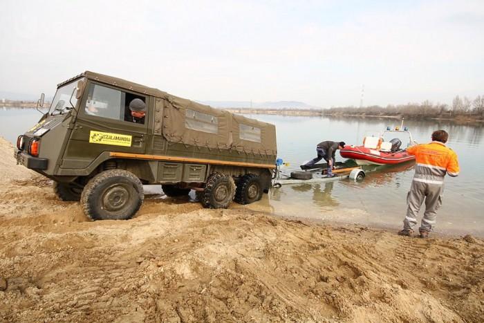 Vízen a mentőhajó is