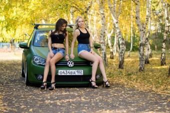 Megvillanó hosszú combok és német autók