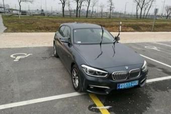Arcpirító parkolást mutatott ez a diplomatarendszámos autó