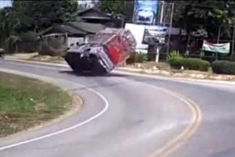 A kegyetlen fizika borította fel ezt az autóst