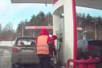 Így verték át az autóst a benzinkúton