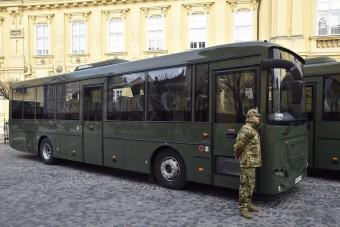 Itt az új magyar busz, a honvédség kapja