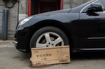 Keréknek támasztott kartonlappal védekeznek a kínaiak a kutyák ellen