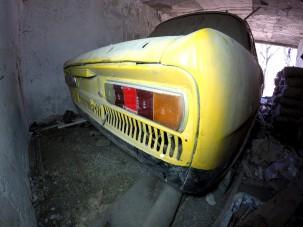 Vajon mit rejt egy rég elhagyott, leomlott magyar ház garázsa?