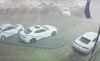 400 új autót vert szét a jégeső, szomorú látvány