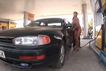 Így veri át egy meztelen nő az autósokat a benzinkúton