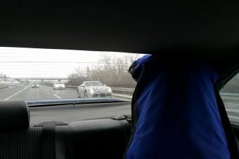 Az M7-esen fotózott olvasónk egy álcázott sportautót