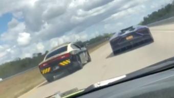 Autópályán versenyzett az amerikai rendőr, videóra vették