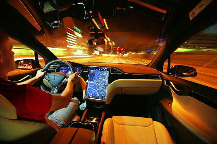 Bár a Model S-ben már kiismertük, ezúttal is jó benyomást tett ránk a hatalmas kijelzőjű Tesla infotainment. Áttekinthető, könnyen használható, hifije pedig kiválóan szól. Viszont túlzottan elvonja a figyelmet a vezetéstől és nem jól működik a hangvezérlése.