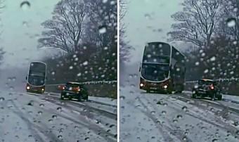 Ilyen az amikor egy emeletes busz megindul keresztbe a havon