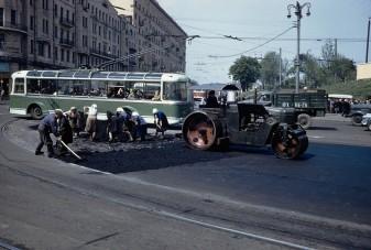 Erős fotók Moszkva utcáiról, amikor még idős asszonyokat is befogtak aszfaltozni